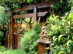 Tori- Entrada do Aido Bonsai. O tori na cultura oriental separa o undo espiritual do material. Na explosão de Hiroshima e Nagasaki a única construção que ficou intacta, foi um Tori de 800 anos situado em um templo no interior de Nagasaki. ú