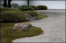 Nanzen-ji, também chamado Zuiryusan, é o chefe do templo da seita Rinzai's Nanzenji escola do Zen Budismo e é considerada a mais famosa e importante templo zen no mundo. Nanzenji foi construída como uma vivenda imperial em 1264, e tornou-se um templo em 1291. Imperador Kameyama amava esse lugar tão bonito que ele construiu o seu palácio desanexadas aqui.