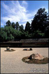 Ryoan-ji templo possui aquilo que é provavelmente a mais famosa da seca jardins Zen Budista - quinze pedras dispostas em um retângulo branco de raked cascalho. Embora originalmente criada no século XV, a sua forma actual maio remontam apenas à tarde ou no início do décimo oitavo século XIX.