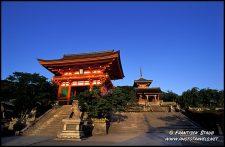 """Kiyomizudera Templo de Quioto.Kiyomizudera ( """"Água Pura Templo"""") é um dos maiores templos do Japão comemorou. Foi fundada em 780 e continua a ser associada com o Hosso seita, uma das mais antigas seitas do budismo japonês."""