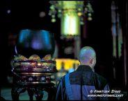 Monge budista japonês cantos Sutra em Chion-in Temple, Kyoto, Japão
