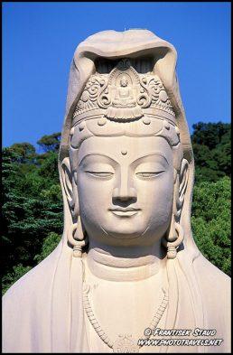 Ryozen Kannon estátua de 24 metros construído a partir de betão branco como um memorial às vítimas da Segunda Guerra Mundial, Kyoto, Japão