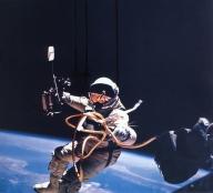 NASA - 1965 - Órbita da Terra - Flutuando acima do Céu
