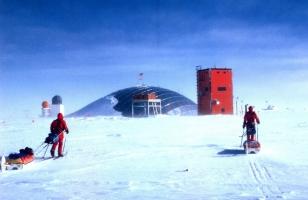 Roger Mear - 1986 - Antártica - Chegada ao polo Sul após esquiarem quase 1500 quilômetros
