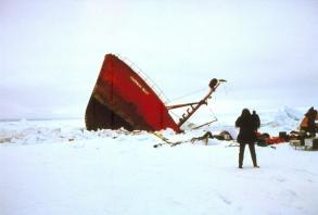 Rebecca Ward - 1987 - Antártica - O navio afunda esmagado pelo gelo