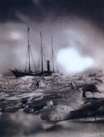 Expedição Ártica Pearvy - 1905 - Navio imobilizado pelo gelo na aurora