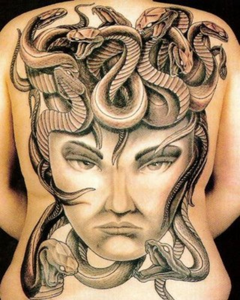 3d snakes tattoo on upper back 02 tattoosphotogallery for Medusa tattoo significato